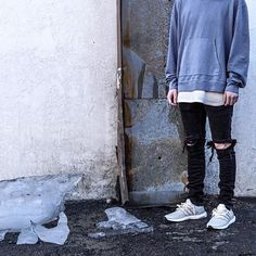 Iceberg Simpson. :: @chvsewarner ▫️@JohnElliottCo Hoodie ▫️@Zara Destroyed Denim ▫️@Premium_Co Tee ▫️@AdidasRunning Chalk Ultraboost Streetwear Fashion, Streetwear Men, Guys And Girls, Hoodies, Sweatshirts, Fitness Inspiration, Cool Outfits, Street Wear, Menswear