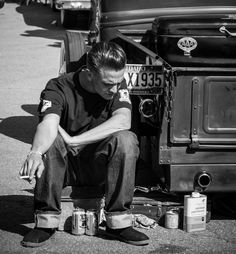 Greaser taking a break from working on his Hot Rod. Rockabilly Style, Rockabilly Boys, Rockabilly Fashion, Greaser Guys, Greaser Style, Greaser Hair, Psychobilly, Mode Grease, Teddy Boys