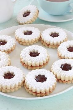Sablés à la confiture très fondants à la bouche et moelleux. Recette facile et rapide. Le secret pour avoir des biscuits fondants est l'ajout de maïzena. Ces petits gâteaux sont parfaits au goûter.