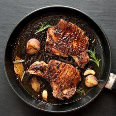 Πώς να μαγειρέψετε τέλεια χοιρινές μπριζόλες στο τηγάνι - www.olivemagazine.gr Gf Recipes, Recipies, Iron Pan, Kitchen Hacks, Favorite Recipes, Meat, Food, Recipes, Essen