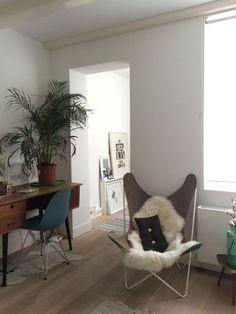 Binnenkijken bij thijs - In de studeer/kleedkamer een kleine urban jungle op een mooi mid-century bureautje. De zeeblauwe Eames chair van @charleyambagtsheer en de originele vlinderstoel van moeders uit de 60s.