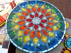 Martin Alejo Mangeaud - Table top, stepping stone in a simpler design, coaster, loads of uses for this pattern. Mosaic Stepping Stones, Stone Mosaic, Mosaic Glass, Glass Art, Mosaic Artwork, Mosaic Wall Art, Tile Art, Mosaic Crafts, Mosaic Projects