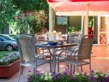 Jó időben az étterem teraszára is ki lehet ülni egy kávéra, vagy teljes ebédre. Kilátás nyílik a közeli kalandparkra is.