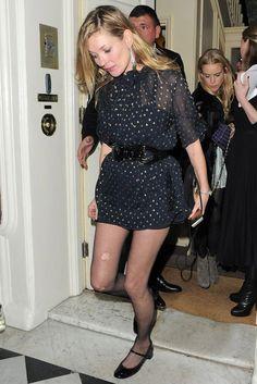 Look da supermodelo Kate Moss com vestido + meia-calça arrastão.