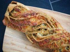 Lækkert og friskbagt pestobrød med ost, der også kan bruges som tilbehør til aftensmaden. Det smager super godt, med den lækre pesto og den gode smag af ost