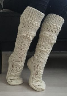 Join us on a knit-along journey to winter wonderland. The finished socks make playful use of various lace patterns and other textures which are inspired by Christmas as well as by nature during the winter months in the Northern Hemisphere. Cable Knit Socks, Crochet Socks, Wool Socks, Knitting Socks, Hand Knitting, Knit Crochet, Lace Patterns, Knitting Patterns, Knitting Projects