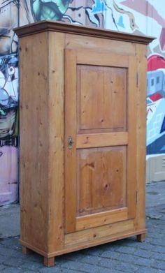 Unique Zum Verkauf steht hier ein alter antiker eint riger Bauernschrank Der Schrank befindet sich in