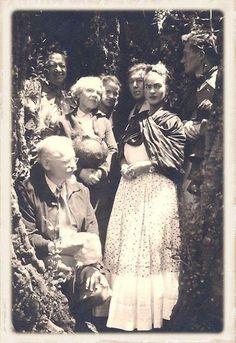 Trotsky, Diego Rivera, Natalya Trotsky, Reba Hansen, André Breton, Frida Kahlo y Jean Van Heijenoort. 1938. Coyoacán, Ciudad de México.