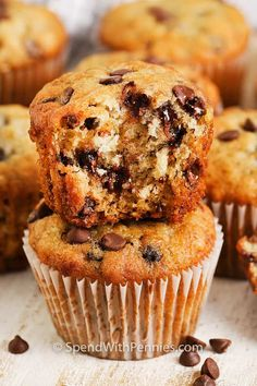 Banana Chocolate Chip Muffins are the perfect combination of bananas and chocolate chips. They are a sweet treat that is great to grab-and-go! #spendwithpennies #bananachocolatechipmuffins #dessert #muffinrecipe #easybananachocchipsmuffins #easymuffinrecipes Banana Breakfast Cookie, Banana Blueberry Muffins, Banana Oatmeal Cookies, Banana Chocolate Chip Muffins, Banana Cupcakes, Chocolate Chips, Banana Dessert, Banana Recipes Easy, Homemade Banana Bread
