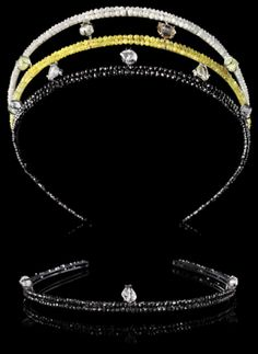 164 ct. New Look incorporates 136,47 carat faceted diamonds in black, yellow & white. It is then adorned with carefully selected 27,65 carat rough diamonds of the highest quality. This total of 164,12 carat is set on bows of 55,2 grams 14kt yellow gold & black rhodium white gold. 14kt has been chosen for its maximal density and elasticity. Rather than using a traditional welding technique the hardened bows are joined by laser to preserve the strength of this light and subtly flexible…