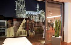 Die elegante Früh Lounge liegt zentral in der Kölner Innenstadt und bietet einen spektakulären Ausblick auf den Kölner Dom. Euer Sommerfest oder Get Together wird in den modernen und lichtdurchfluteten Räumlichkeiten und der großen Außenterrasse zu einem außergewöhnlichen Event.