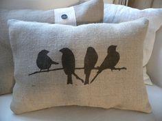 Main doreiller vraiment mignon imprimé avec 4 oiseaux perché sur une branche. Tissu peinture custom mélangés pour créer une ombre brune foncée. Vient glisser cousu fermé et farci de polyfill. Mesure environ 16 « x 11 ». Tache nettoyer seulement - toile de jute nest pas lavable.