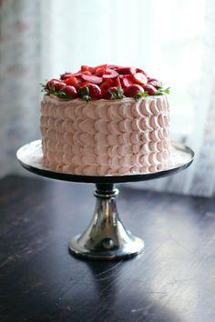 Randig jordgubbstårta med choklad och rabarber Cake Tower, Keto Fruit, Valentines Food, Bakery Cakes, Fika, Cream Cake, Wedding Cakes, Cheesecake, Cupcakes
