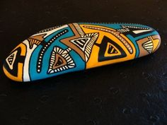 Flèches, galet peint à l'acrylique dans des tons vifs et multicolores, bleu, orange, marron, crème, noir, beige. Vernis mat à la bombe. Création unique - Objet de décorat - 10037865