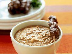 Saté-Spieße mit Erdnuss-Dip ist ein Rezept mit frischen Zutaten aus der Kategorie Rind. Probieren Sie dieses und weitere Rezepte von EAT SMARTER! Curry, Eat Smarter, Dips, Oatmeal, Pudding, Breakfast, Desserts, Food, Indian