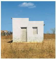 Essas casas caprichosas e simples – apreendidas apenas por uma de suas faces, a fachada, mas que, por ela, se mostram plenamente – falam também de um modo de vida singelo e consideravelmente autossuficiente.  Rodrigo Neves