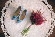 Elena sorprendió a todos sus invitados y por supuesto también a su feliz novio, luciendo unos zapatos azules con su vestido de novia. ¿No os parecen ideales?  Fotografía: Hondo Wedding Photography