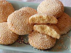 Αφράτα μπισκοτάκια με μέλι, λεμόνι & σουσάμι | Tante Kiki Cornbread, Hamburger, Biscuits, Blog, Deserts, Cookies, Ethnic Recipes, Sweet, Millet Bread