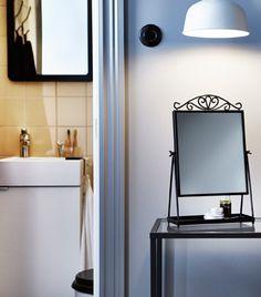 KARMSUND Tischspiegel in Schwarz und eine Leuchte gestalten den perfekten Ort für die Aufbereitung deiner Frisur.
