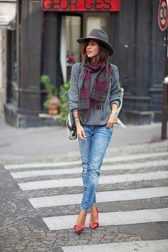un pull gris, un chapeau et une écharpe coloré et hop on part au boulot !