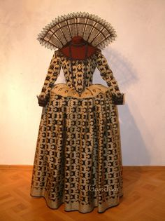 Tudorkleid aus handgefertigter Seide (Cutwork)