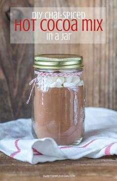 A not so average homemade hot cocoa mix to gift or to keep for your own home and trust me, you will probably keep it at home ; Hot Cocoa Recipe, Cocoa Recipes, Jar Recipes, Chocolate Recipes, Chai, Vegan Hot Chocolate, Chocolate Bomb, Diy Cadeau, Xmas
