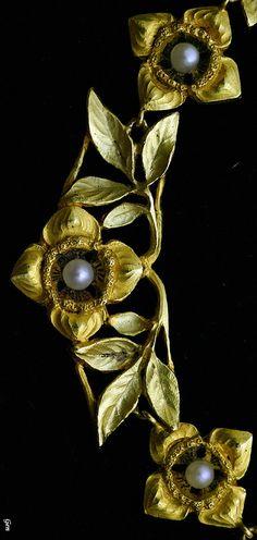 "Art Nouveau gold necklace "" Dogwood "" 2 color Gold (18K), natural pearl Total length 40.8cm most large motif 1.4cm × 3.11cm weight 11,9grs France 1890-1900 circa"