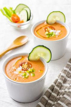 Traditional Andalusian gazpacho - Do it Yourself & More! Veggie Recipes, Gourmet Recipes, Soup Recipes, Healthy Recipes, Spanish Soup, Chowder Soup, Summer Recipes, I Foods, Food Porn