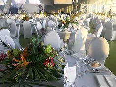 Event im Cruise Center Hamburg, Tischdekoration, Blumendekoration mit Gloriosa, Hortensie und Pfauenfeder, #tabledecoration, #event, #eventfloristics, #Tischdekoration, #Blumendekoration für Veranstaltung, Feier