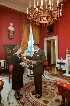 President Ronald Reagan talking with British Prime Minister Margaret Thatcher in the White House Red Room. 40th President, President Ronald Reagan, Republican Presidents, Us Presidents, American Presidents, American History, Reagan Speech, Nancy Reagan, Margaret Thatcher