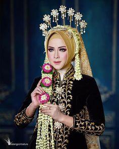 Hijabi Wedding, Wedding Hijab Styles, Kebaya Wedding, Muslimah Wedding Dress, Muslim Wedding Dresses, Hijab Bride, Wedding Gowns, Javanese Wedding, Indonesian Wedding