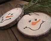 Ähnliche Artikel wie Primitive Schneemann Twin Ornament Kit natürliche Holz Geschenk Tag Verzierung Wäldern Baumrinde auf Etsy