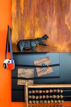De prachtige elementen van Dock Four worden ondersteund door Cayenne Red uit onze Color Collection. Vignettes, Colorful Interiors, Bedrooms, Display, Colour, Lifestyle, Table, Collection, Design