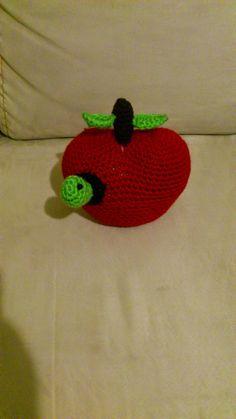 Manzana con Gusano Amigurumi - Patrón Gratis en Español aquí: http://novedadesjenpoali.blogspot.de/2014/08/patron-de-manzana-con-gusano.html