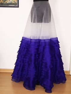 Per Elia è stato piazzato un totale di 15 metri di organza...  In the manufacture of this fairytale gown, we used 15 meters of silk organza... Dans la confection de cette robe, nous avons placé un grand total de 15 mètres d'organza de soie... http://kimdubois.it/capo/elia/