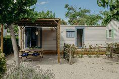 Mobil Home de alquiler en el camping situado en la Costa Dorada. Shed, Outdoor Structures, Cabin, Navy, House Styles, Home Decor, Camper Van, Hale Navy, Decoration Home
