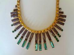 Colar tipo maxicolar curto em bijuteria com corrente dourada e chatons nas cores: uva, azul e verde. R$ 63,50