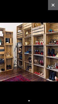 Estanterías con cajones de madera.