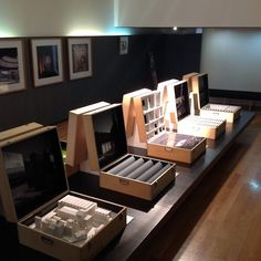 model and image display - a neat way, everyone could pick a box to suit their target group or project etc? Architecture Board, Architecture Details, Interior Architecture, Architecture Graphics, Neoclassical Interior, Kindergarten Design, Hospital Design, Arch Model, Exhibition Display