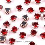 Strasssteine zum Annähen 4,5 mm Rot - diese funkelnden Strasssteine haben eine Metallfassung mit vier Löchern zum sicheren Annähen an Taschen, Kleidern oder auch zum Herstellen von Modeschmuck und mehr.Die Strasssteine sind aus Glas und funkeln herrlich. Größe: 4,5 mmInhalt: 20 Stück