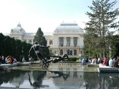 """Prima universitate din Romania a fost infiintata in anul 1860 la Iasi, la initiativa domnitorului Al. I. Cuza, cu sprijinul lui Mihail Kogalniceanu. Sediul actual a fost inaugurat la 21 octombrie 1897, in prezenta Regelui Carol I si a Reginei Elisabeta. Cladirea este o imbinare a stilurilor clasic si baroc, cu o intrare  monumentala spre  """"Sala Pasilor Pierduti"""", decorata cu picturi ample, in stil suprarealist, cu profunde semnificatii spirituale, semnate de catre Sabin Balasa."""