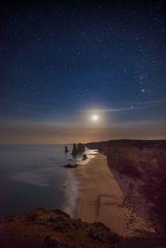 Moon Over the Twelve Apostles - Victoria, Australia.  Photo: Ading Attamimi (Flickr)