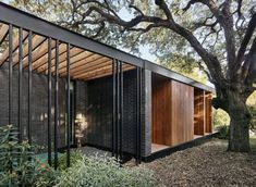 This mid-century modern home was designed by Baldridge Architects, and built by Acero Construction, located in Austin, Texas. Midcentury Modern, Mid Century Exterior, Interior Minimalista, Modern Cottage, Japanese Architecture, Modern Architecture, Mid Century House, House Goals, Modern House Design