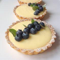 Mini cheesecakes s citronovým krémem Sweet Desserts, Sweet Recipes, Dessert Drinks, Dessert Recipes, Cake Recept, Sweet Bar, Mini Tart, Party Finger Foods, Beautiful Desserts