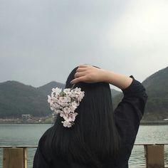 girl, aesthetic, and flowers image Aesthetic People, Aesthetic Girl, Korean Girl, Asian Girl, Mahal Kita, Korean Aesthetic, Color Rosa, Ulzzang Girl, Girl Photography