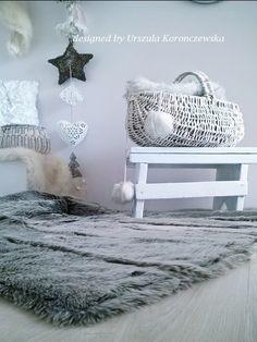 Futrzany dywanik w przedpokoju. A fur carpet in the hall. Designed by Urszula Koronczewska.