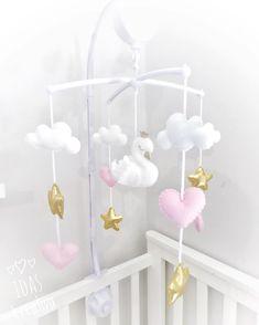 ✨Swan mobile✨ . . . #idaskreativa #mobil #mobile #spjälsäng #spjälsängsmobil #sängmobil #babymobile #nurserymobile #crib #cribmobile #svan…