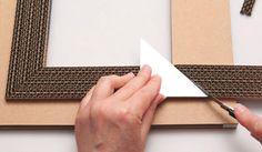 Cadre multicolore en carton, Tuto cartonnage - Loisirs créatifs Cardboard Frames, Cardboard Art, Cardboard Furniture, Easy Diy Crafts, Recycled Crafts, Diy Craft Projects, Handmade Crafts, Diy Paper, Paper Art