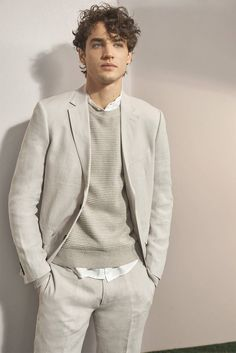 """Club Monaco Spring 2019 Men's Style Edit: """"Breath of Fresh Air"""" Club Monaco ushers in a """"Breath of Fresh Air"""" with a new men's style guide. Model Federico Novello is front and center in soft neutrals New Mens Fashion, Fall Fashion Outfits, Spring Fashion, Men's Fashion, Fashion Suits, Club Monaco, Black Suit Wedding, Wedding Men, The Fashionisto"""