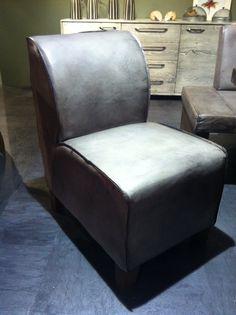 Hier der Stuhlsessel im neuen Vintage Leder Farbton grau.